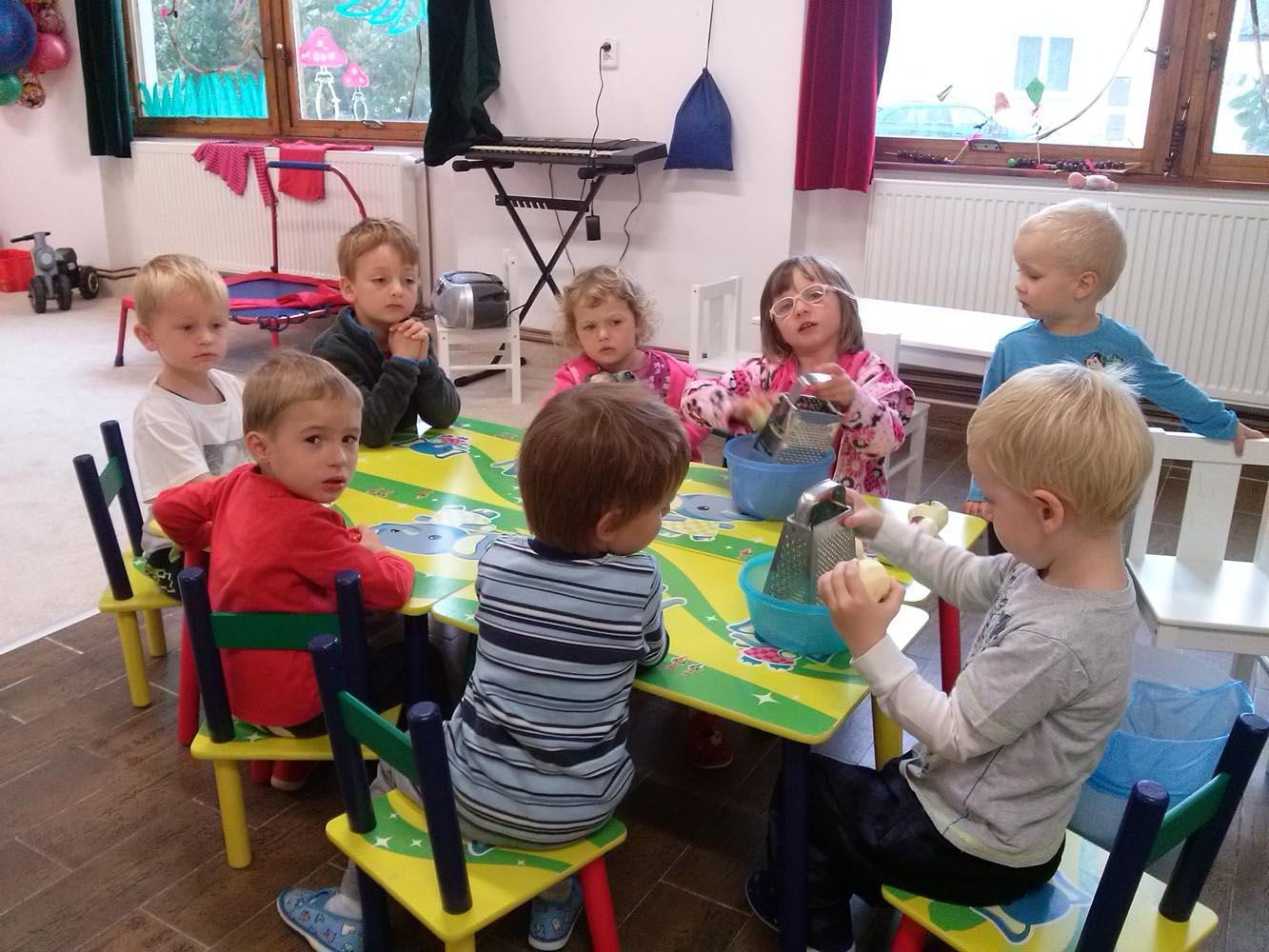 deti strouhaji jablicka